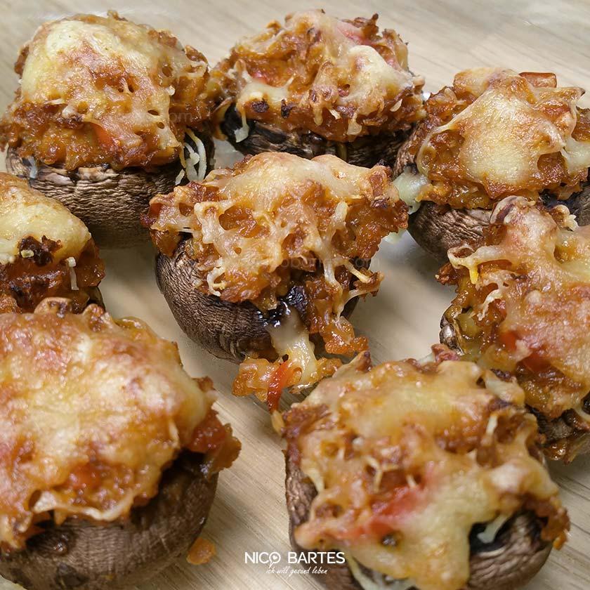 Mit Blumenkohl gefüllte und Käse überbackene Champignons