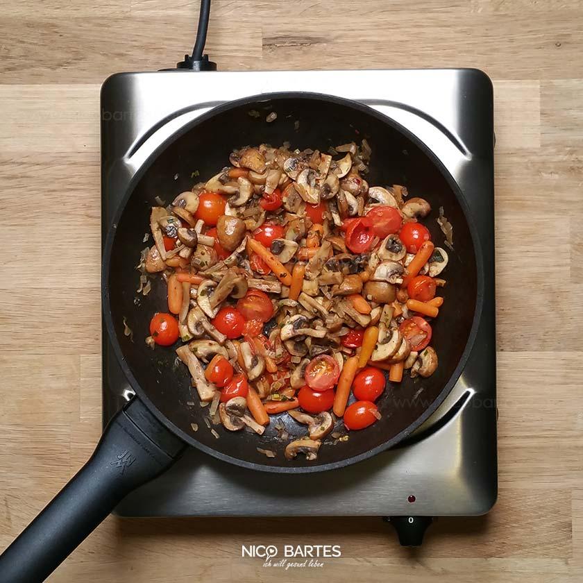 Gesunde Champignon-Pfanne mit Kirschtomaten und Zwiebeln