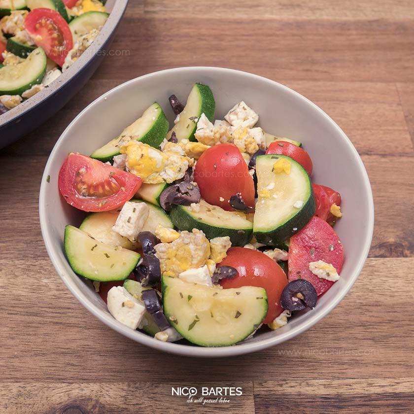 Gesunde Low Carb Zucchini-Pfanne zum abnehmen mit Tomaten